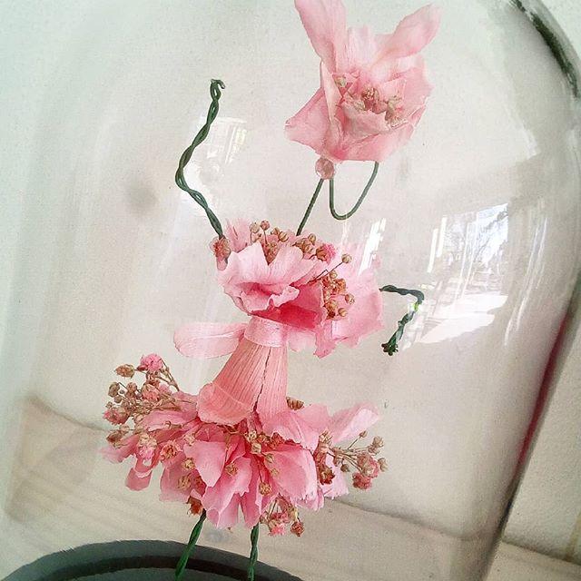 femme sous cloche fleurs éternelles