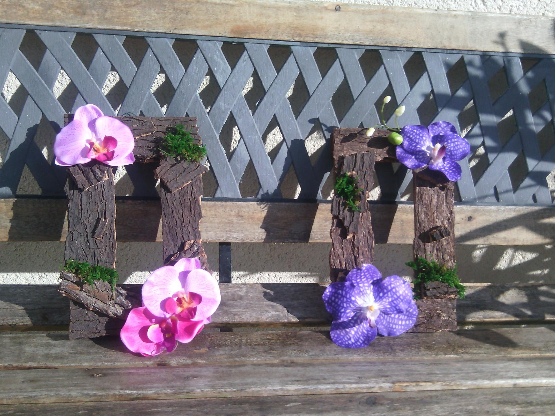 CADRE à suspendre en BOIS MOUSSE et ORCHIDEES fleurs artificielles 15x25cm